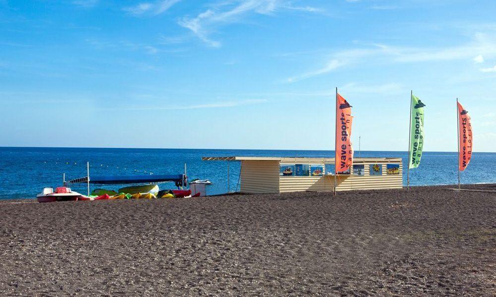 santorini-perissa-beach-4